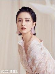 佟丽娅拍写真大秀美背香肩 冷艳又性感