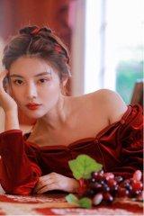 徐冬冬复古写真曝光 穿露肩红裙显身材