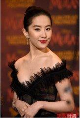刘亦菲露肩裙配红唇化身黑天鹅
