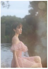 张檬分享泳装美照身材凹凸有致,日落下比心文静美好