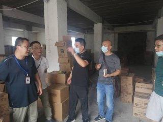 郑州市二七区市场监管局 铁拳行动端掉两个假冒洗化用品窝点