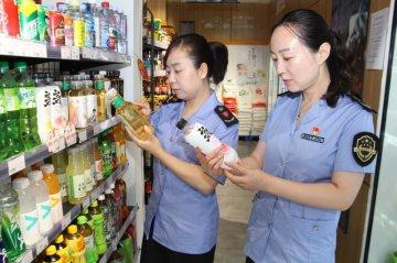 郑州市二七区市场监管局突击检查校园周边食品店