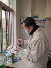 汝南县金铺镇卫生院医师刘延春为学生和家长做牙齿健康检查