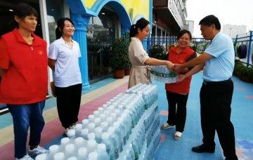 助力创文 驿城区学院幼儿园向志愿者捐赠矿泉水