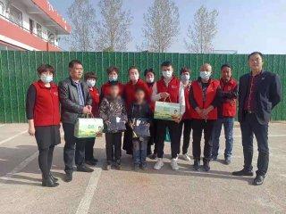 汝南县民政局携手小城义工慰问孤儿和留守困境儿童