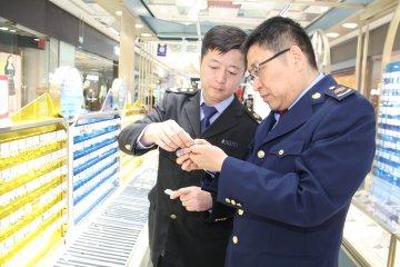 郑州市二七区市场监管局查处假冒品牌饰品案