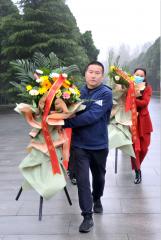 北京华远卫士保安服务公司董事长孙红玉携华远人前往竹沟革命烈士陵园敬献花篮